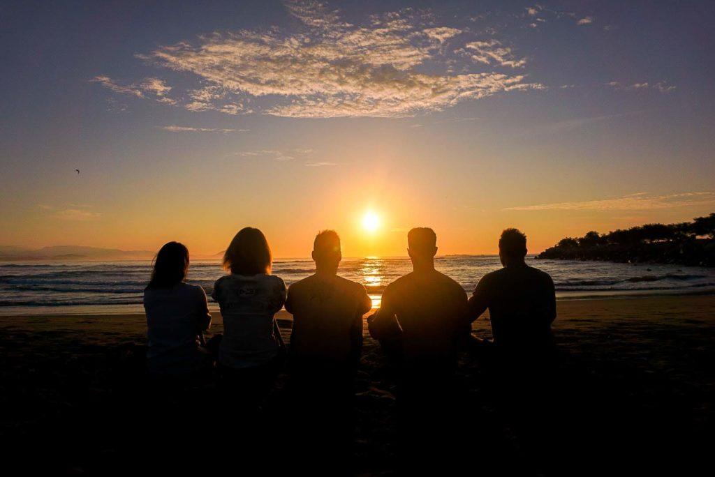 Mediteren op het strand voor zelfreflectie